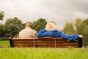 Altes Paar sitzt auf der Bank